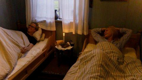 Vidar Villa og Mia Gundersen trives i hverandres selskap. Denne uka er de hjelpere i storbondehuset. Foto: Skjermdump fra programmet
