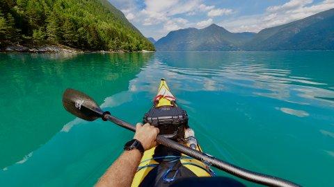 HJEMMESOMMER: Padling i vakkert vær i norske fjorder kan bli en favorittsyssel i sommer. Her fra Solvorn i Sogn og Fjordane. Foto: Heiko Junge / NTB scanpix
