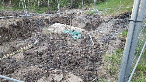 GRAVD OVER: Tirsdag ble flere av Telenors kabler i Fetsund gravd over i forbindelse med et annet gravearbeid.