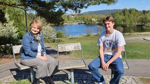 HÅPER PÅ NAPP: Emil Hagen (18) var tidlig ute med å søke sommerjobb i Lørenskog kommune, og ordfører Ragnhild Bergheim ønsker ham lykke til.