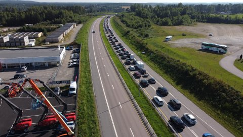 STILLESTÅENDE: Kommer du nordfra og skal kjøre mot Oslo, må du påregne å bli stående i svært saktegående køer på E6. FOTO: REMI PRESTTUN