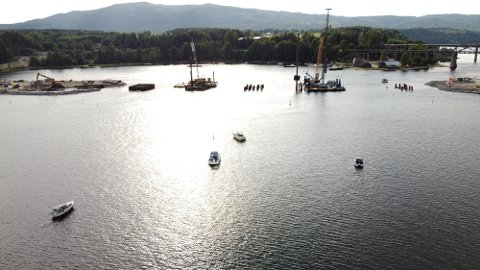 STILLE DEMONSTRASJON: På den rolige elva på en forholdsvis vindstille dag, protesterte båtfolket på sin måte mot stenging av seilingsleden som binder Mjøsa og Vorma sammen, som på folkemunne kalles Minnestryken.