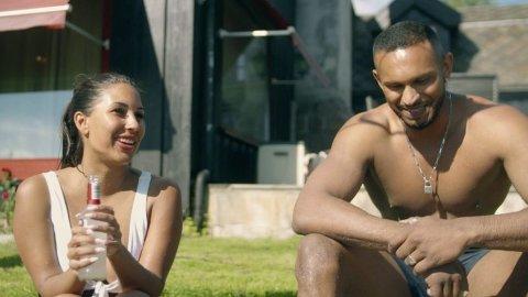 GLEDELIG GJENSYN: Charlotte og Mayoo møtes først på speed-date, før de igjen blir gjenforent på en bassengfest.Foto: Discovery