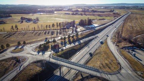 E16 ved Borgen i Ullensaker er en smal firefelts motorvei. Nå går debatten om videreføring av E16 gjennom Nes.