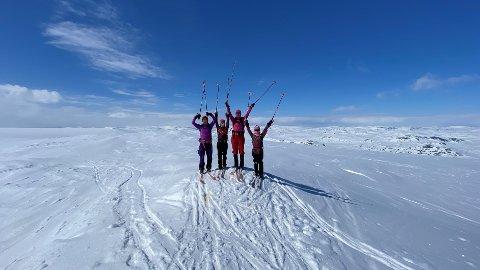 KVALITETSTID: Familien trives best med ski på beina, og prøver å nå så mange topper som mulig på ski.