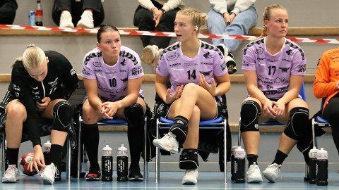 TUNGT: Det var en svært skuffet gjeng på Ravens-benken etter kampslutt. Anniken Wollik (t.v), Sarah D. Solheim og kaptein Karoline Strømberg forsto ikke helt hva som skjedde i den viktige bunnkampen.