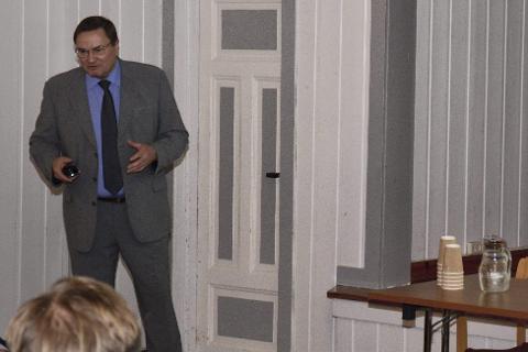 NY: Carl Einar Haug fortalte om Birger N. Haugs planer i Røyken.