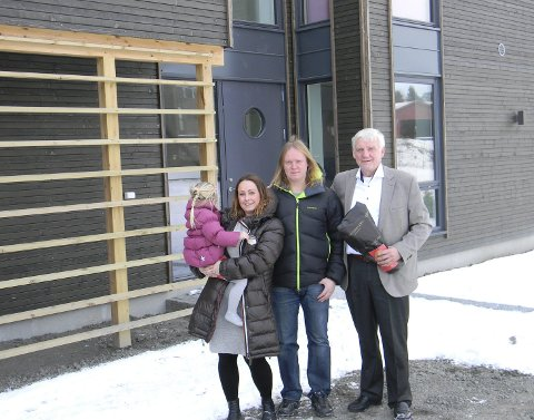 Fikk flytte inn: Styremedlem Thor-Erik Kolsrud og leder Rikard Knutsen i Røyken Frp besøkte Hege Bjørnstad, som med deres hjelp fikk flytte inn i sitt nye hus. Foto: Privat.