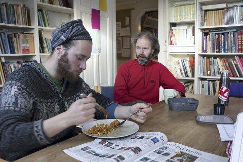 Tilbake på Steinerskolen: De tre Wegge-brødrene har alle gått på Steinerskolen i Hurum. Faren Lars er fortsatt lærer der. Markus er tilbake på Steinerskolen for å vise Bjørnøya-filmen for 800 Hurum-elever, og benytter sjansen til å spise lunsj med faren.