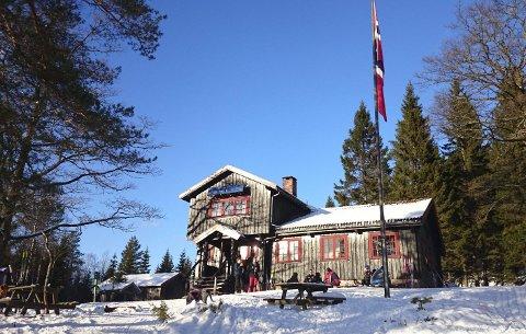 SOL: Lørdag ettermiddag bød på sol og nydelig føre, og rundt 600 ski- og turgåere merket lite til «Ole» i løpet av helga. Foto: Linn Krogh Hansen
