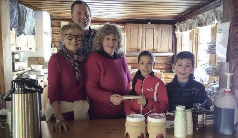 SERVERING: Hyttevakter Kari Stuvøy, Jan Bjerknes og Gry Sørlie, sammen med de unge skiløperne Mina Dhindsa og Noa Damian. Foto: Linn Krogh Hansen.
