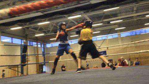 STYRTE FØRSTE RUNDE: Andrea Grønvold (t.v.) møtte en gutt fra hjemmeklubben Moss i klassen ungdom 46 kg under Diplomstevnet i boksing sist helg. Det endte med seier til Bødalen-jenta.