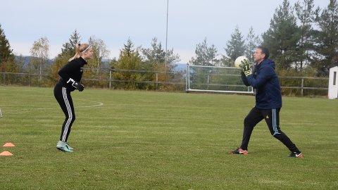 IMPONERENDE: Samspillet mellom trener Lopez og keepertalent Vilde Nordhagen fra Tofte er til å ta å føle på.