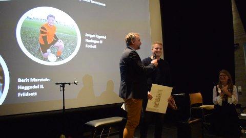 JOKERN: Klippen fra Huringen IF, Jørgen Ugstad, stikker av med Gledessprederprisen og en munter passiar med Frithjof Wilborn.