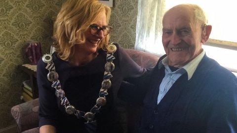 GJENSIDIG RESPEKT: Både 100-årsjubilant Truls Lien og ordfører Monica Vee Bratlie uttrykker gjensidig respekt for hverandre.