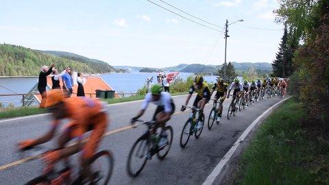 MED FJORDEN I RYGGEN: Sykkeleliten tramper forbi Lagahølet og suser gjennom Åros i den sjette utgaven av Tour Of Norway.