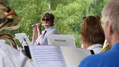 LEDER AN: Fløytisten i Tofte musikkorps varter opp med oppmuntrende toner fra tverrfløyta, stødig akkopagnert av sine medsammensvorne.
