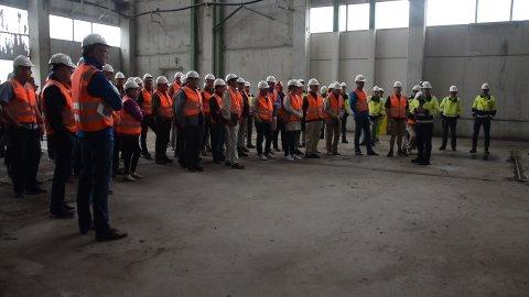 STORT OPPMØTE: Det var mange nysgjerrige mennesker på befaring i den ubrukte fabrikkhallen som skal romme Silva Green Fuel's demoanlegg.