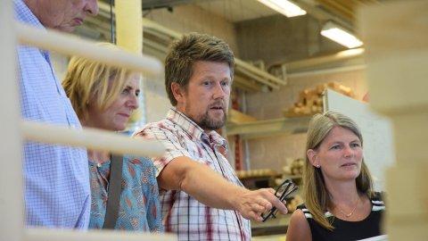KAN TRE: Mens Norges utmark gror igjen av barskog forteller Tom Gokshol til ordførerne Monica Vee Bratlie og Lene Conradi at han må benytte seg av utenlandsk materiale til sine tretrapper.
