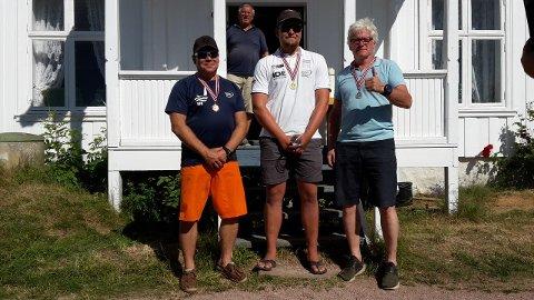 LOKALE PÅ TOPP: OL-seiler Anders Pedersen fra Drøbak, flankert av Knut Beck og Tore Glenn Berg fra Drammen seiforening.