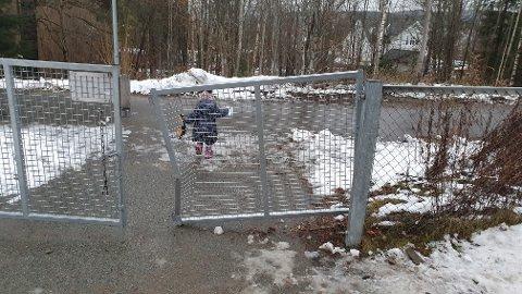 ØDELAGT: Slik så porten i Frydenlund Kanvas-barnehage ut etter at brøytebilen hadde truffet den.