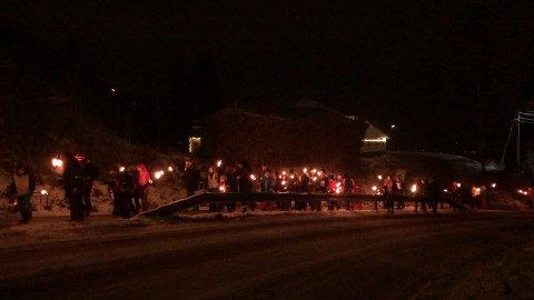 JUBILEUM: Sætrespeidere gikk i fakkeltog for å markere 40 års jubileet til speidergruppa.