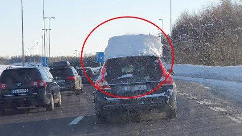 FARLIG: Alt for mange billister dropper å fjerne snø fra bilen før de kjører, men det kan være svært farlig for bilistene som ligger bak. Denne bilisten fikk inndratt førerkortet i fjor, etter at hun ble tatt av politiet på motorveien mellom Gardermoen og Jessheim nord.