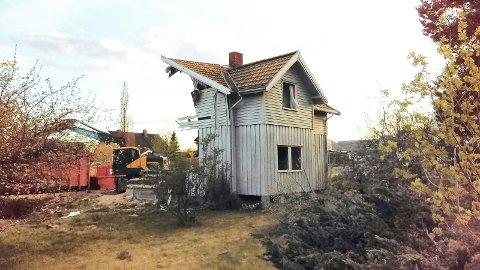 REVET:Bygningene i Bølstadveien 1 er revet, men planer om oppføring av et kombinasjonsbygg er lagt litt på is, i følge eierne.
