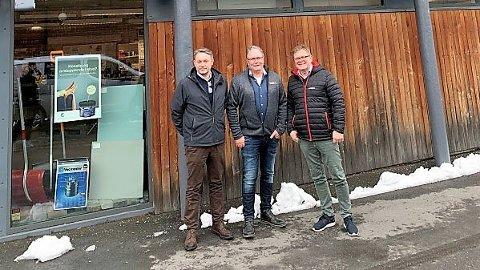 BYTTER MERKEVARE: Lars Petter Grandahl, direktør Optimera Handel, Sverre Mørch, daglig leder Asker Trelast AS og Trond Oseth, KAM Optimera Handel er fornøyd med endring av kjedekonseptet fra XL Bygg til Monter.