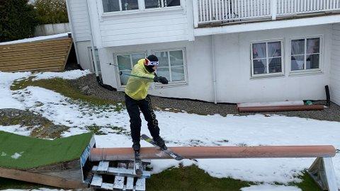 SOMMERTRENING I MARS:  Max Lemme Kristiansen tar i bruk rampen som han og faren har laget for sommertrening.