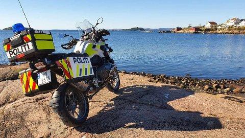 PÅ TUR: Oslo politiets trafikkorps, seksjon for trafikk og sjøtjeneste har tatt turen rundt på Hurumhalvøya torsdag. Her har en av mc-førerne tatt en rast på Skjæra ute på Tofte.