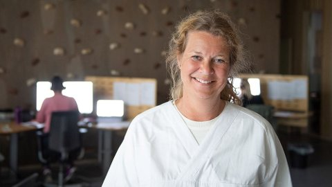BLI HJEMME: Mari Ranneberg-Nilsen ber personer med symptomer holder seg hjemme. Hun forteller at de aller fleste er veldig flinke til å overholde smittevernreglene.