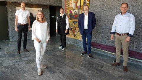 ENDELIG: Asker-ordfører Lene Conradi har forsøkt å invitere ordførerne i Follo siden januar, men har måttet utsette flere ganger på grunn av koronasituasjonen. Ordførerne fra venstre: Ola Nordal (Ås), Lene Conradi, Hanne Opdan (Nordre Follo), Tom Anders Ludvigsen (Vestby) og Hans Kristian Raanaas (Frogn)