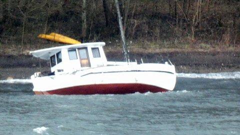 PÅ GRUNN: Denne båten har drevet inn i Nærsnesbukta i løpet av natten eller morgentimene onsdag.