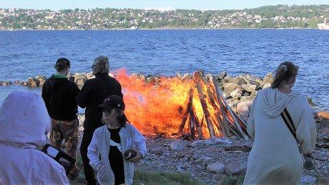 STEMNINGSFULT: Det var mange som hadde tatt turen til Storsand for å feire Sankthans.