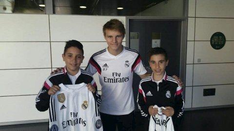 FIKK MØTE ØDEGAARD: Tiziano Exposito-Ramon (t.v.) og broren Ivan (t.h.) fikk kampbilletter av Real Madrid og fikk et eksklusivt møte med Martin Ødegaard. Foto: PRIVAT