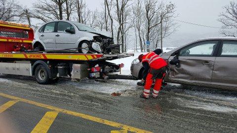 Tre biler var involvert i et trafikkuhell på det glatte føret torsdag morgen.