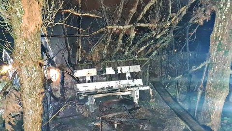 UTBERENT:  Gapahuken var nedbrent da brannvesenet kom tilstede.