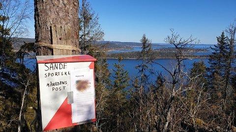 FLOTT UTSIKT: Den som finner månedens post på toppen av Angers Klev, belønnes med flott utsikt.