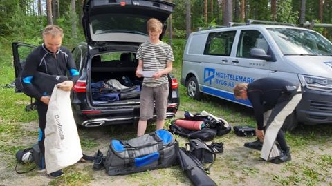 GJØR SEG KLARE: Bjørn Enerud tv, Håvard Mogn Enerud i midten og David Davidsen t.h.- klargjør før skyting.