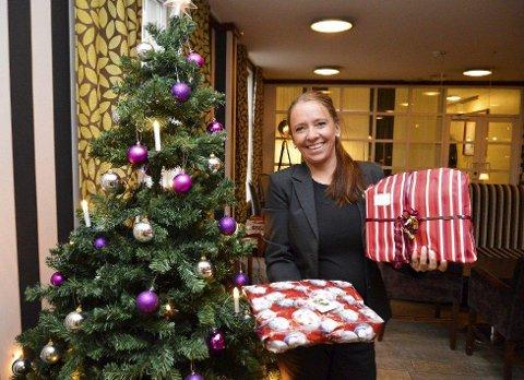 Omtanke: Jula er en god anledning til å via andre en tanke. We Care-ambassadør Tove Rønquist håpet på mange gaver under juletreet på Hotel Atlantic. Det fikk hun.Foto: Maja Christensen