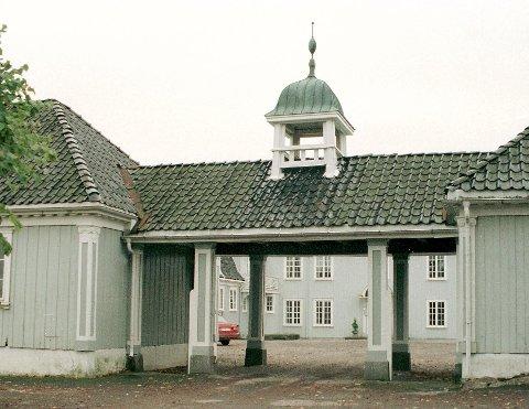 Pusser opp: Aker gård på Sem får 200.000 kroner av fylkeskommunen til å restaurere stabburet sitt. Foto: Marit Borgen