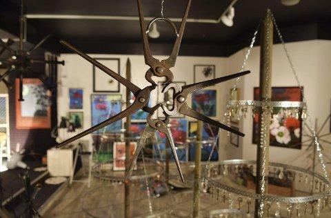 Vakkert: Alt kan bli til noe vakkert, har vært Lundbys mantra i de to årene hun har arbeidet med utstillingen. Foto: Flemming H. Tveitan