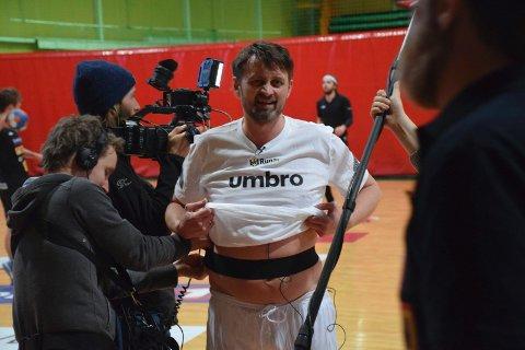 Film-crewet forsøkte å feste mikrofon på Thomas i forkant av treningen.