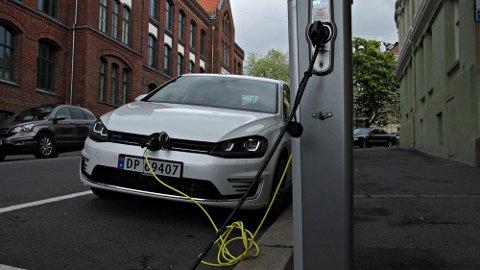 LADER OPP: Norges største bilimportfirma, Harald A. Møller, har gjennomført den første undersøkelsen som tar for seg hvordan eierne av ladbare hybride bruker sine biler.