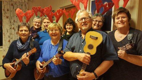 KLAR FOR KONSERT: Gjengen i Sandefjord Ukuleleorkester er klar for å underholde utenfor klesbutikken Ole Olsen.