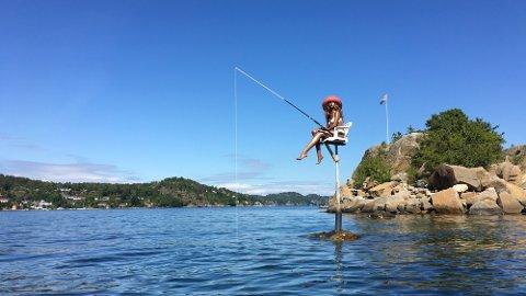 SKJÆR-PASSEREN: Med bikini, solhatt og fiskestang i hendene, er denne dukken et riktig så synlig sjømerke i Mefjorden.