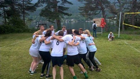BALLSPILL: Her gjør Vestfold-deltakerne seg klare til en volleyballkamp under fjorårets sommerleir.