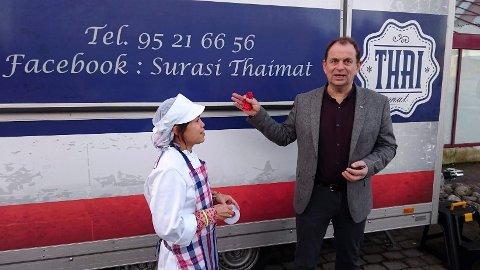 CELEBERT BESØK: Eks-ordfører Bjarne Sommerstad var til stede da Suphinni Traa debuterte med thaimat fra vogna utenfor Kiwi i Andebu.