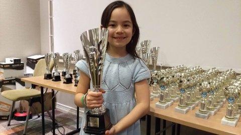 Lykke Merlot Helliesen har igjen vist seg fram som en ener på sjakkarenaen. Denne gangen har hun vunnet åpen klasse i ungdoms-NM.